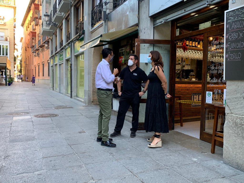 EL PSOE DENUNCIA QUE EL BIPARTITO NINGUNEA A LOS HOSTELEROS COBRÁNDOLES LA TASA DE TERRAZAS Y BASURA QUE PROMETIÓ COMPENSAR VISITA-A-LOS-ESTABLECIMIENTOS-DE-HOSTELERIA-1024x768