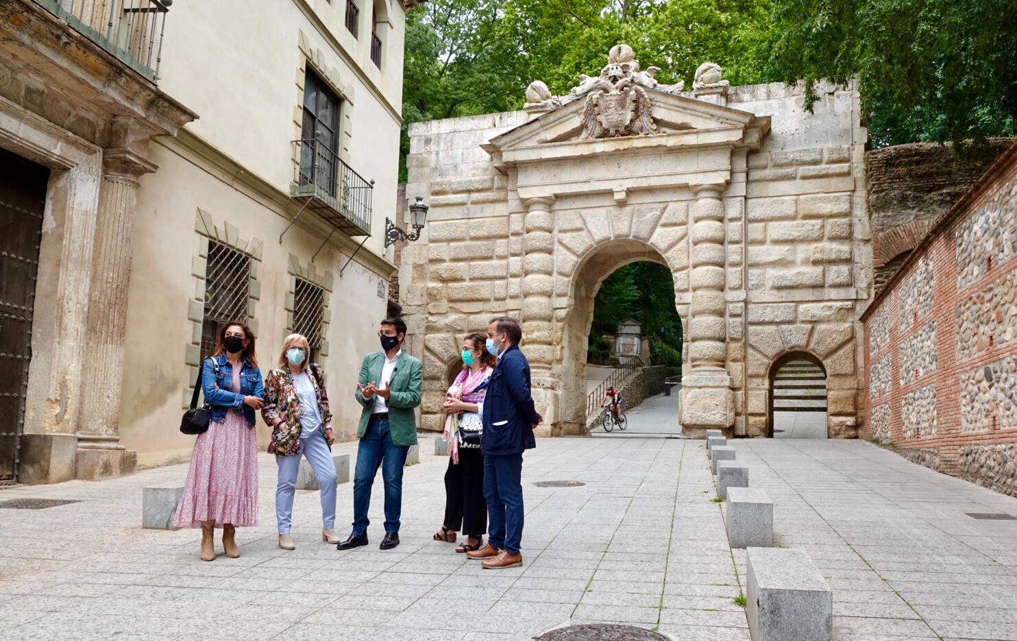 CUENCA ACUSA A LA JUNTA DE ARRASAR LAS CUENTAS DE LA ALHAMBRA Y EXIGE QUE SE INVIERTAN LOS 27 MILLONES COMPROMETIDOS PARA GRANADA Cuenca-y-concejales-de-la-formacion-en-una-de-las-puertas-de-la-Alhambra